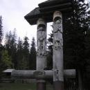 Mohutné vyřezávané sousoší u Siněvirského jezera (Slavo na něj vylezl)