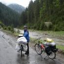 Navlékáme protidešťovou ochranu a valíme do Koločavy