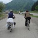 Nafoukli jsme paní učitelce kolo a míříme s ní zpět do školy
