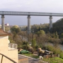 Železniční most překonává údolí Dyje odvážně vysoko.
