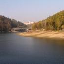 Vypadá to jednoduše. Stezka podél vody. Cíl: most.