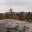 Pohled z vrcholku skály na nejvyšší vrcholek Českomoravské vrchoviny