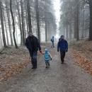 Na programu je kratší výšlap k rozhledně na Anenském vrchu. Aby to zvládly děti a abychom se moc neunavili na večer :-) Nad Panským polem je mlhavo.