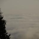 Tady si myslím, že z mraků vyčuhuje špička rozhledny na Suchém vrchu.