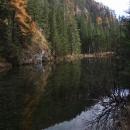 Podzimní krajina se odráží od hladiny