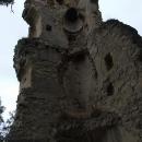 Hradní torza rohových krbů nad sebou