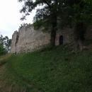 Hrad Starý Stránov, z této strany není součástí soukromých domků a zahrad