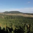 Z vyhlídky na skalách jsou ale krásné výhledy na oba Szczelience (malý i velký), česky Bor a Hejšovina, napravo inverze v dolině mezi Stolovými a Sovími horami