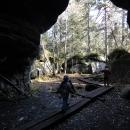 Labyrintem skal se prochází po dřevěných lávkách