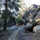 A nahoře se, podobně jako v Bledných skalách, začínáme proplétat mezi skalami po cestě z prken