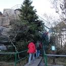 Placení poplatku za vstup je svým způsobem pochopitelné, někdo musel vybudovat schody, zábradlí, chodníky a vše udržovat. A koneckonců, i u nás v Adršpachu se platí též.... A tak lezeme na vyhlídku na skalní veži...