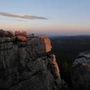 Výhled z jedné skalní vyhlídky na druhou
