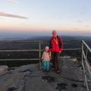 Markéta s Šárkou na vyhlídce z Hejšoviny, v dáli tušíme hřeben Králického Sněžníku a Orlické hory