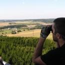 Pavel dalekohledem sleduje nedaleké Žďárské vrchy.