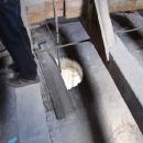 Ta díra je větracím otvorem stropu kostela, hlavně tam nespadnout