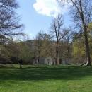 V klášterních zahradách