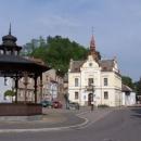 Náměstí v Brandýse s hradem - skutečnost (trochu zarostlejší)
