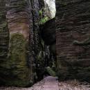 Mezi skalními bloky