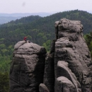 A další horolezci na vrcholcích skal