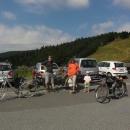 Náš tým (fotila Markéta) na Červenohorském sedle (1.013 m n. m.) odhodlaný zdolat Praděd (1.491 m n. m.) na kole