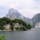 Kostelík v Traunkirchenu s pozadím Traunsteinu