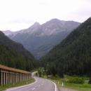 Po těžkém výstupu si sjezd pěkně vychutnám - 24 km z kopce!