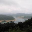 Lokvarské jezero - ze suchého pobřeží do hustých zelených lesů