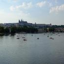 Vroucí letní odpoledne láká k řece se siluetou Hradčan
