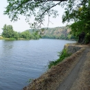 Cyklostezka už tu nevede, opatrnost je na místě, ale byla by škoda tento krásný úsek podél řeky vynechat