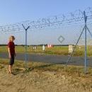 A jsme u letiště. Asi jim tu lidé často ničili kvůli focení plot a tak si všimněte vychytávky v plotě.