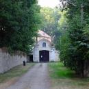 Františkánský klášter Hájek je nenápadně ukryt v lesíku poblíž Červeného Újezdu