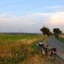 Večerní výhledy. Z rovinky nad Prahou nás nyní čeká sjezd do údolí Vltavy.