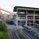U Radotína se do svahů zakusují vápencové lomy a vše zpracovává vcelku ukrytá cementárna