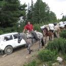 Auto je taxík, má odvézt nějaké turisty z hor. Dál už se autem nesmí, jedině na koních. Koně zásobují horské chaty a dolů odváží odpadky.