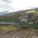 První ze sedmi Rilských jezer (Dolnoto jezero). Vpravo nad jezerem je vidět chata Sedemte jezera, kolem ní se to ale hemží lidmi a stany, tak tam nejdeme.