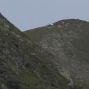 Když objektiv zamíříme jinam, je vidět, že někdo stanoval přímo na vrcholku kopce. Nechápu to, v té bouřce...