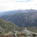 Směrem na západ hodně vzadu v dáli vykukuje Musala, nejvyšší hora Rily a celého balkánského poloostrova. Kudy k ní ale půjdeme, zatím netušíme