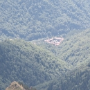 Přiblížený zoomem - je doslova semknutý Rilskými kopci