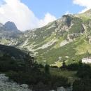 Vlevo vzadu vrchol Maljovica, napravo chata