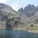 Strašnoto jezero - úžasné pleso s modrou vodou obklopené skalami