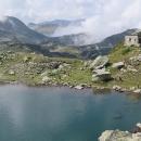 Pohled na kamenný domek u jezera. Někdo považuje tuto část Rily za nejhezčí - a vidíte, cestovky ji úplně opomíjejí