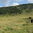 Konečně přicházíme do sedla (2145 m), kde se nachází bídná chatka