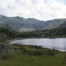 Dolní Rybné jezero a nad ním Horní spolu s chatou. Ta vypadá zdálky pěkně...