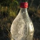 Námraza na lahvi s vodou