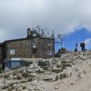 """Vrchol Musaly """"zdobí"""" chata (zavřená) a meteorologická stanice"""