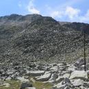 Sestup z Musaly. Zimní cesta po tyčích s lanem, letní pěkně umetená široká pěšina.