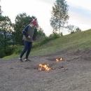 Vracíme se k autu a nahoru si bereme bágly. U ohňů přespíme. A když nehoří, trochu jim pomůžeme :-)