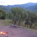Výhled na vesničku Terca a náš stan v křoví