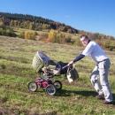 Luděk tlačí kočár na Severomoravskou chatu