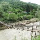Domky za řekou jsou přístupné jedině přes lávku